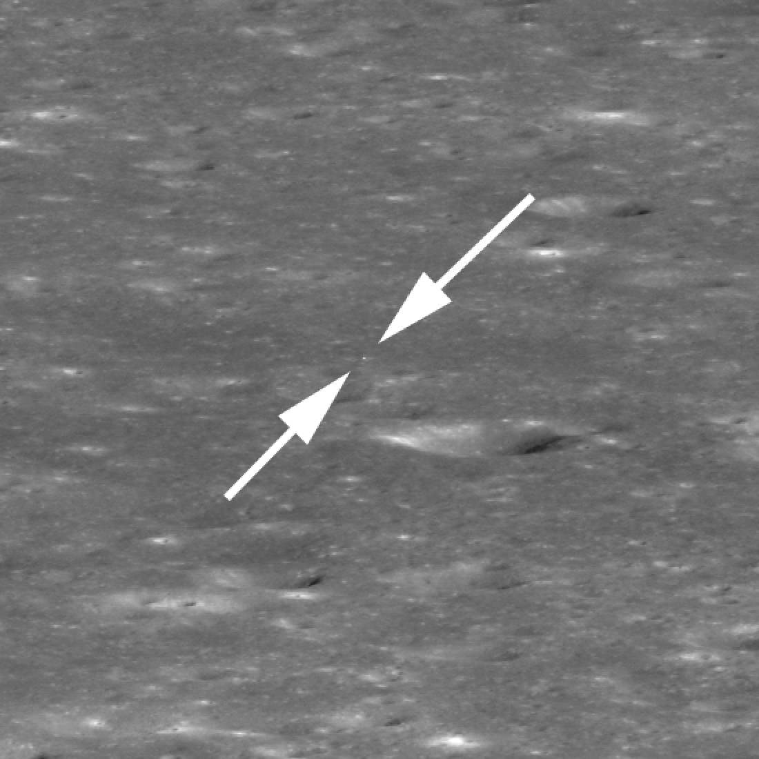 Arrows show the location of the Chang'e 4 lander in the Von Kármán crater. The rover cannot be seen in the NASA photo.