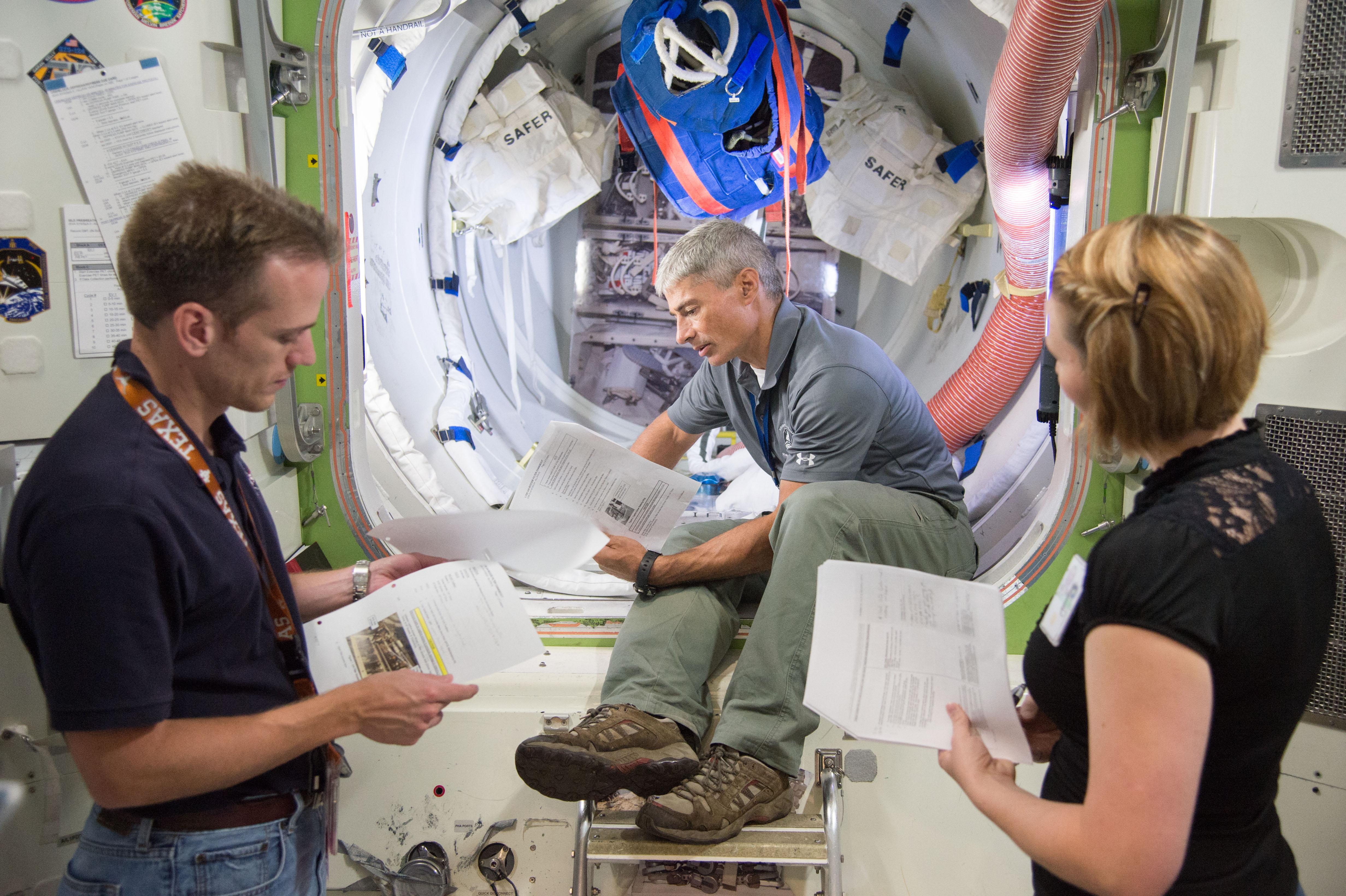 mars mission crew quarters - photo #25
