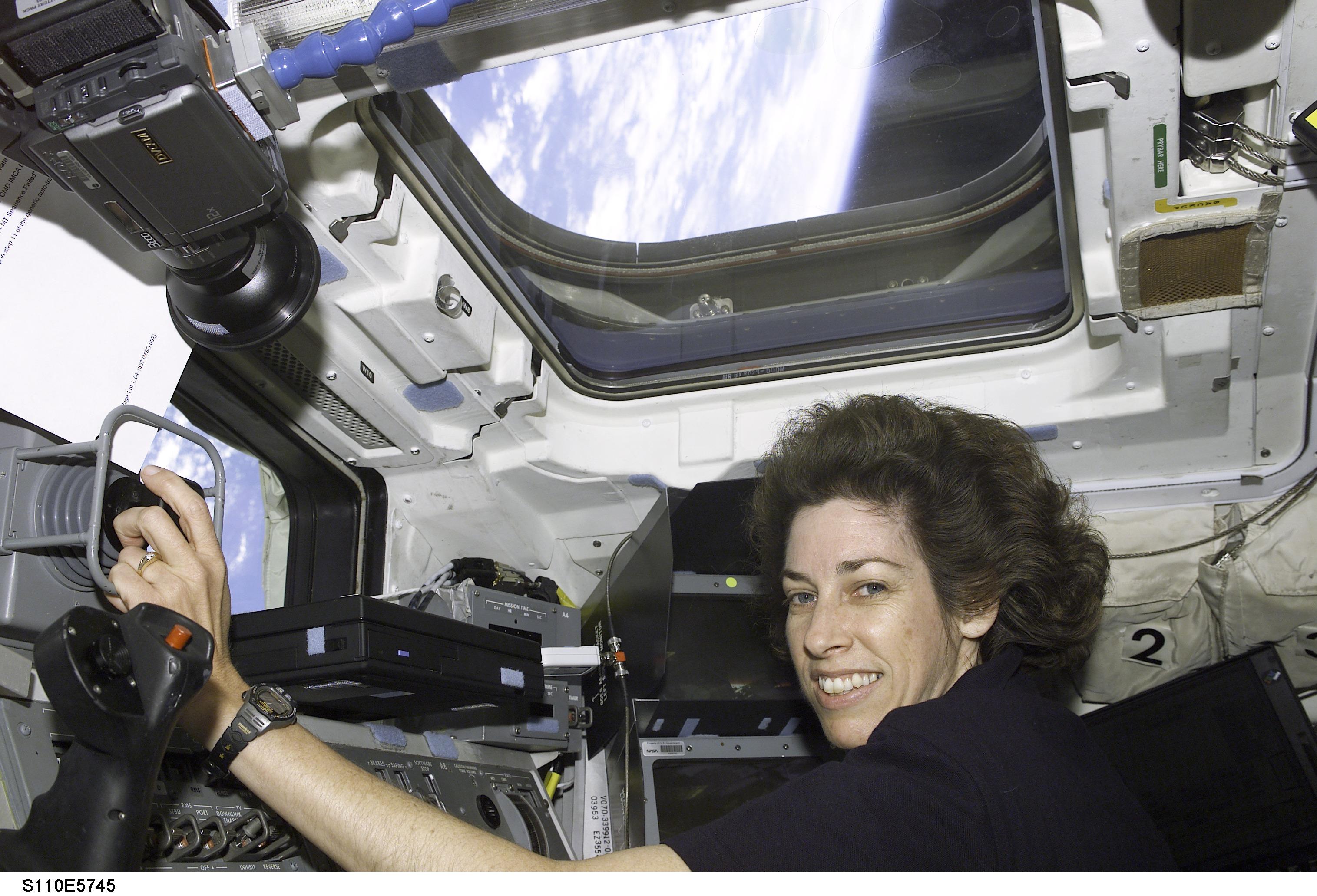 ellen ochoa on space shuttle discovery - photo #15