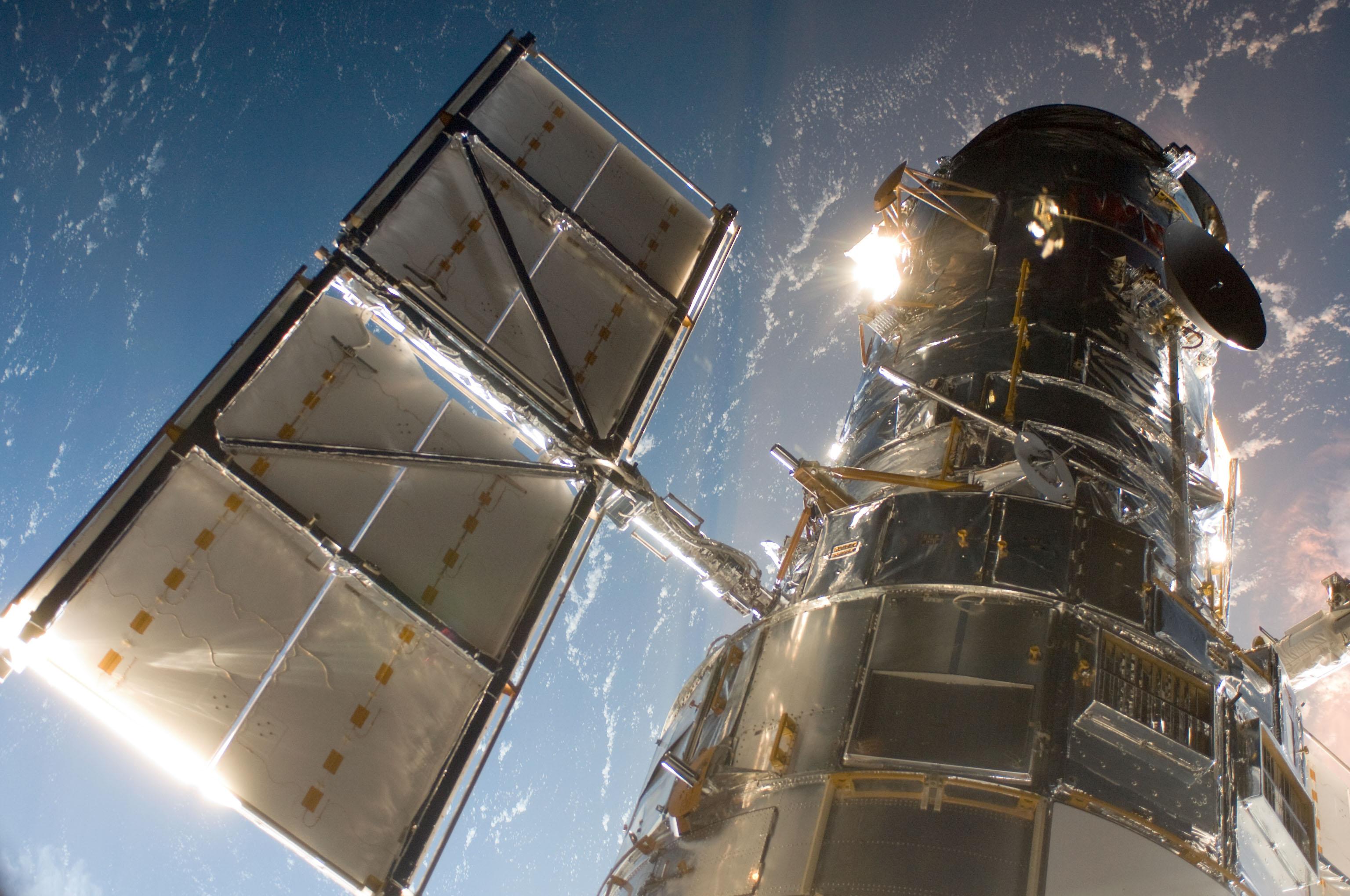Telescopio spaziale Hubble fotografato dallo Shuttle Atlantis durante SM4 Credits: NASA