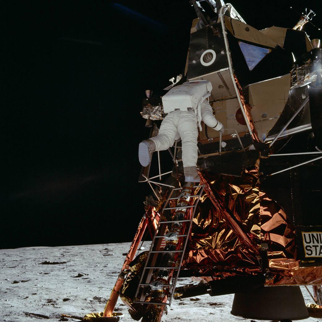 บัซซ์ อัลดริน ขณะพยายามปีนลงมาจากยานอีเกิล ถ่ายภาพเอาไว้โดยนีล อาร์มสตรอง ภาพโดย NASA/Neil Armstrong