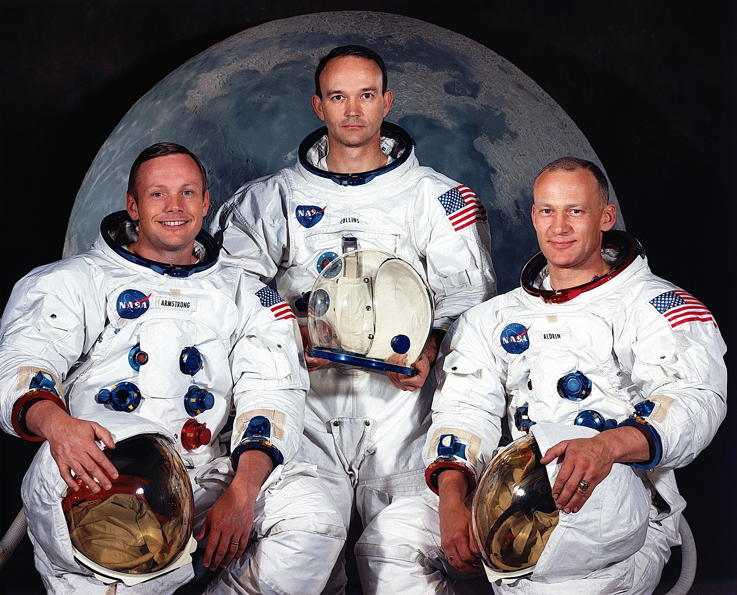 นักบินอวกาศในภารกิจอะพอลโล 11 จากซ้ายไปขวาได้แก่   นีล อาร์มสตรอง (ผู้บัญชาการ), ไมเคิล คอลลินส์ (นักบินบังคับยานรอบดวงจันมร์) และ   บัซซ์ อัลดริน (นักบินอวกาศผู้ติดตามไปกับอาร์มสตรอง): ภาพจาก NASA