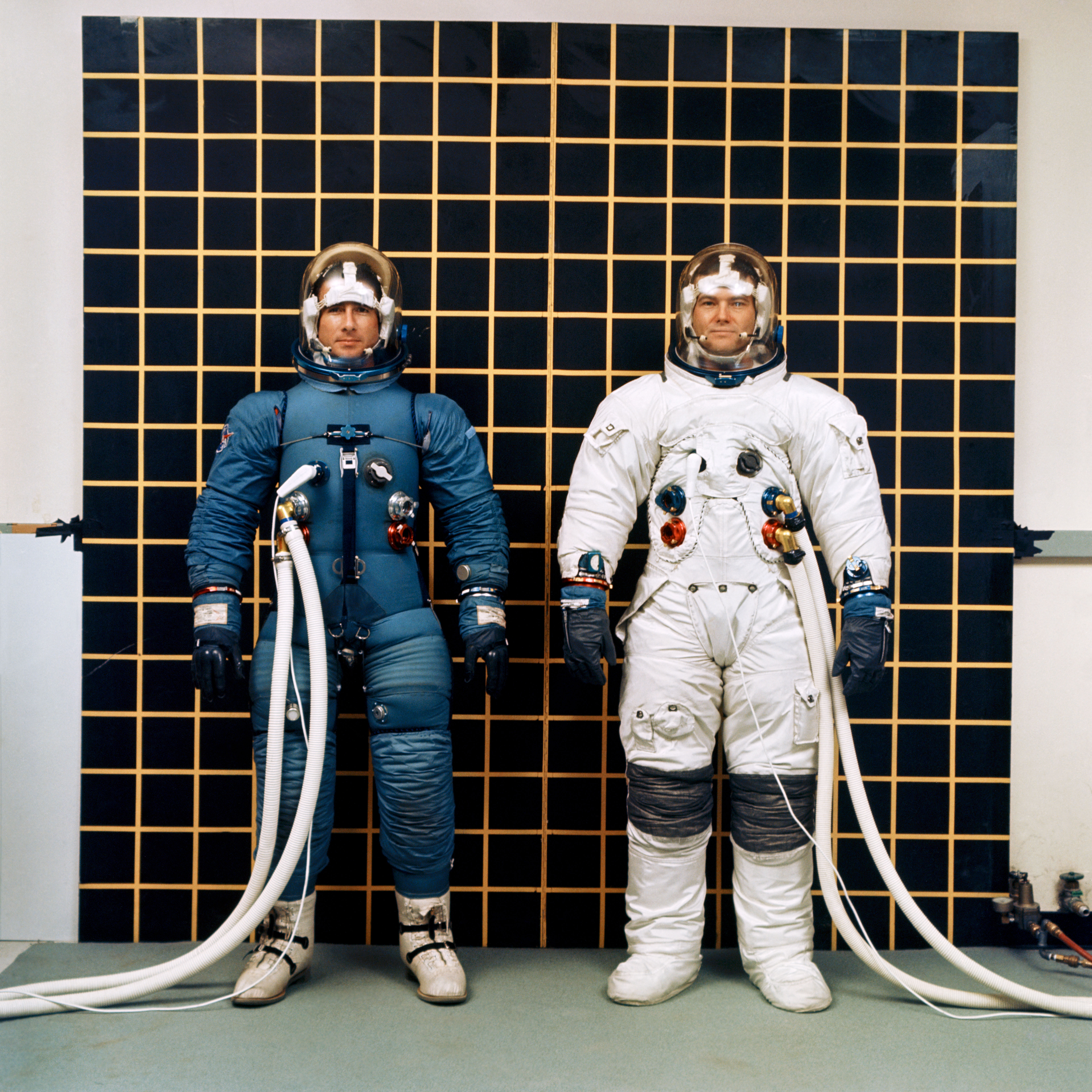 apollo_iv_and_ev_suits_irwin_and_bull_s68-18701.jpg