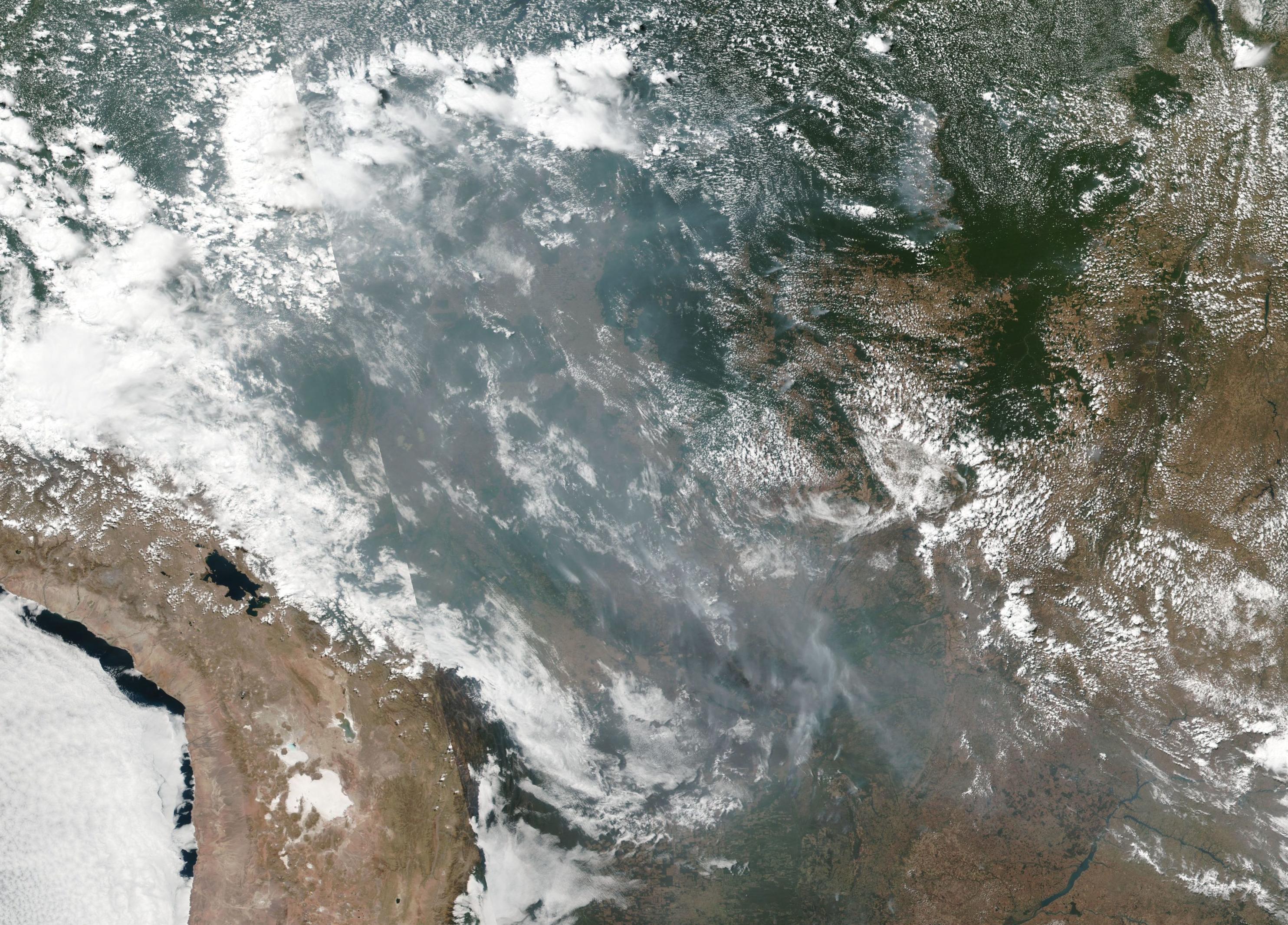 Fumaça das queimadas na Amazônia registrada do espaço. Imagem do dia no site da Agência Espacial Americana: NASA Worldview, Earth Observing System Data and Information System (EOSDIS)