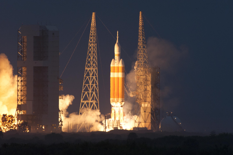 Peluncuran Delta IV Heavy (Sumber: NASA)