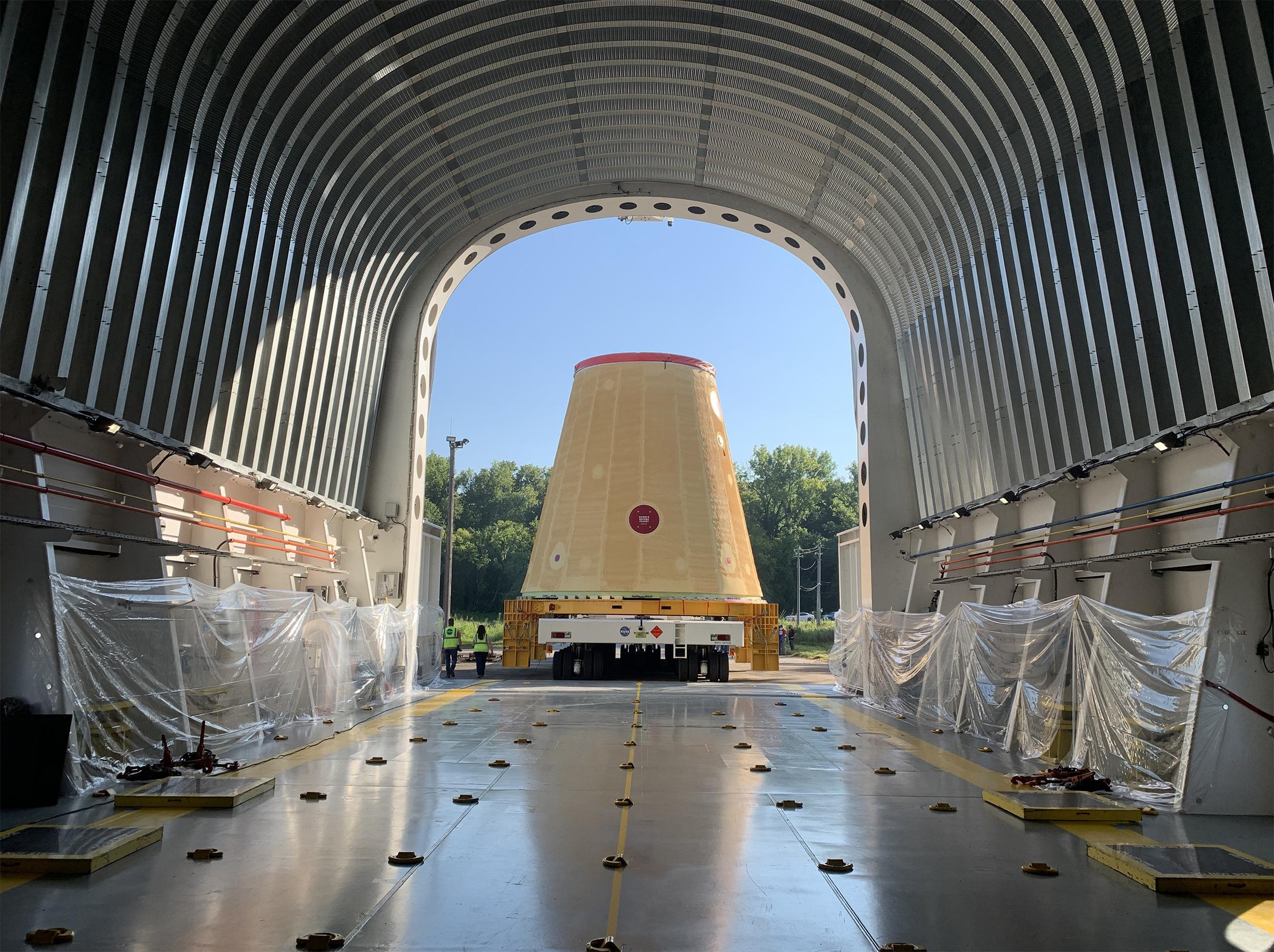 Los Equipos de la NASA cargan hardware del cohete Artemis I en la barcaza para viaje a Kennedy.