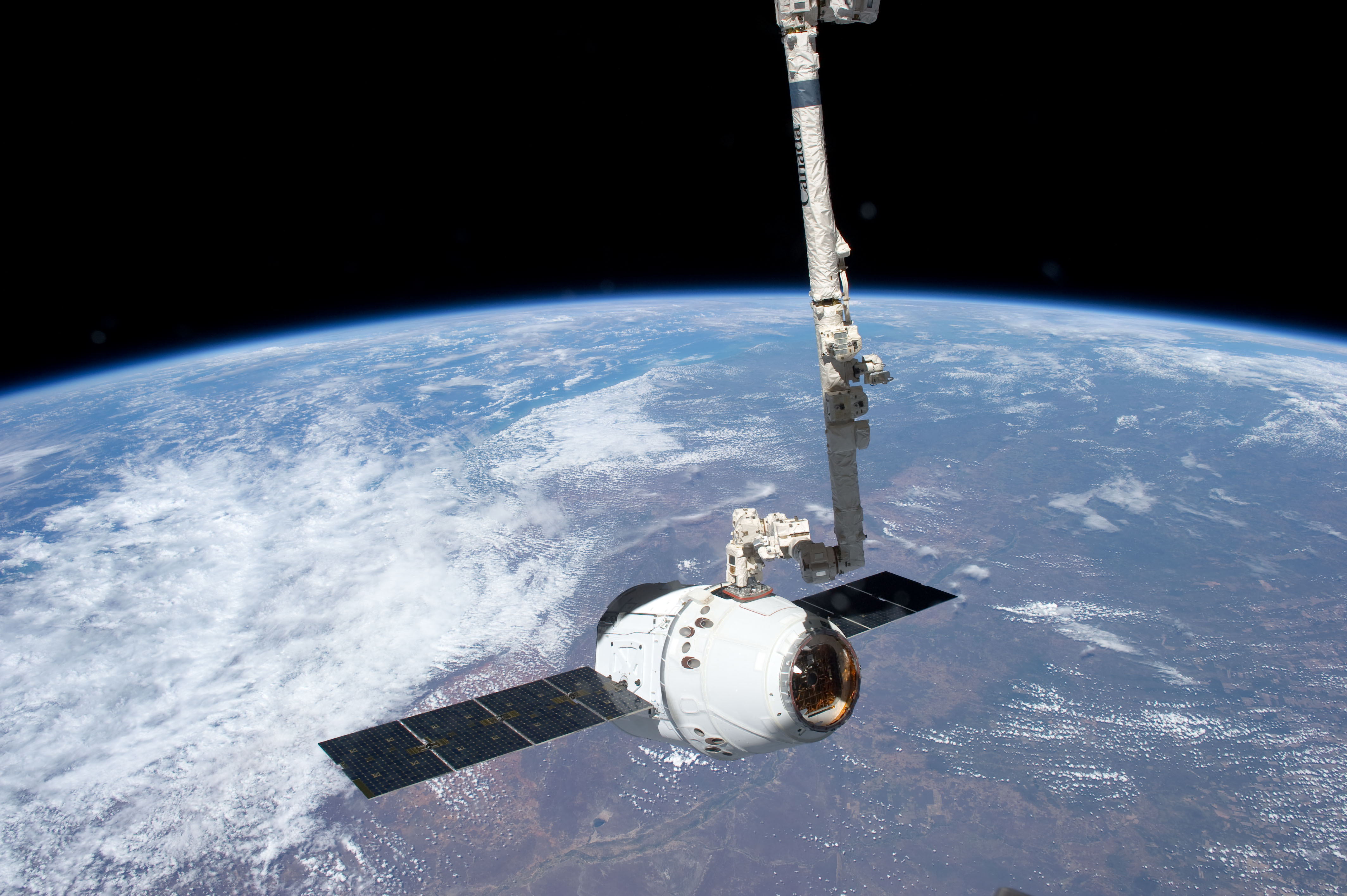 spacex dragon is grappled by canadarm2