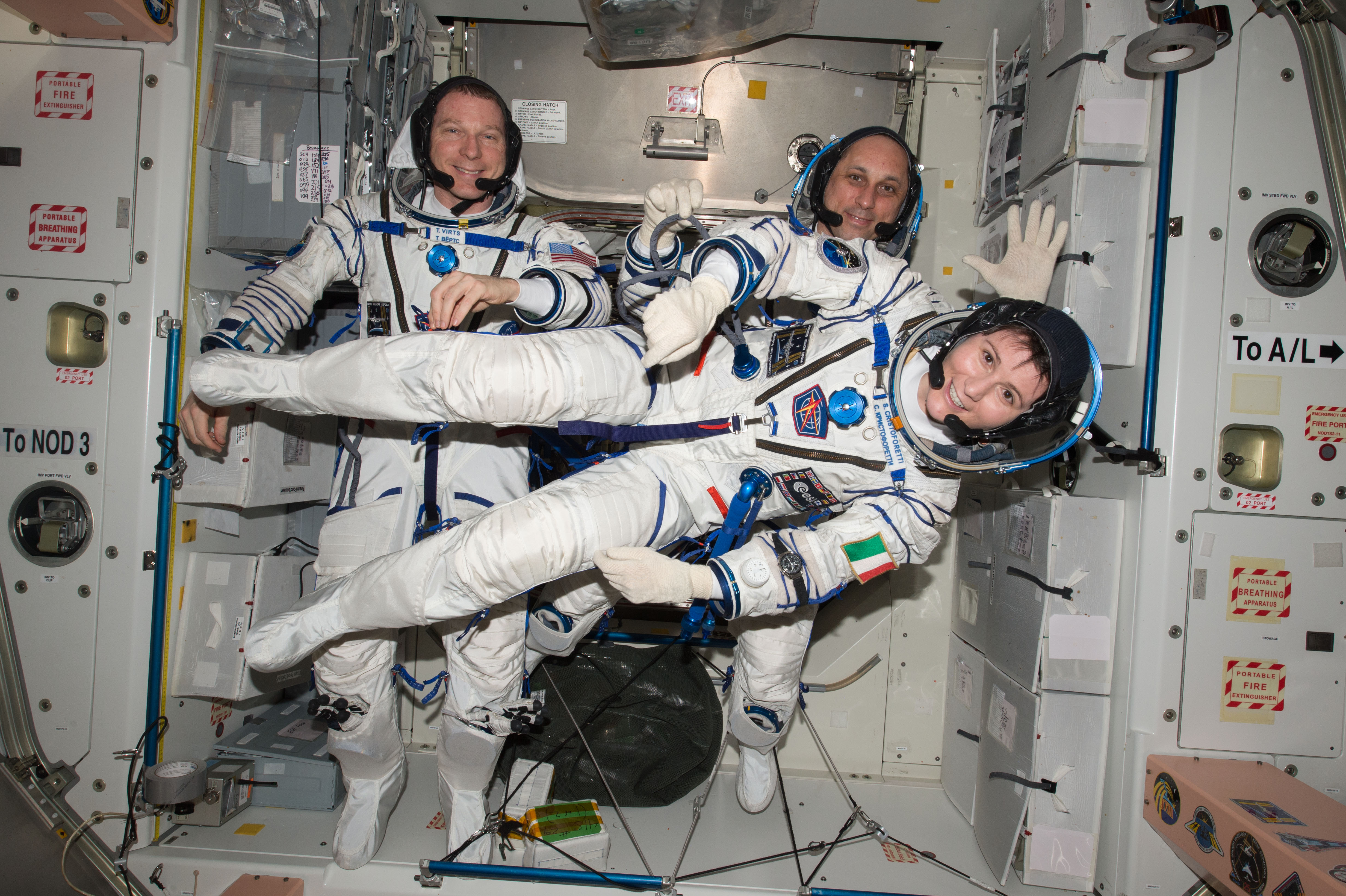 탐험대43의 세 우주인의 소유즈 우주복 점검중