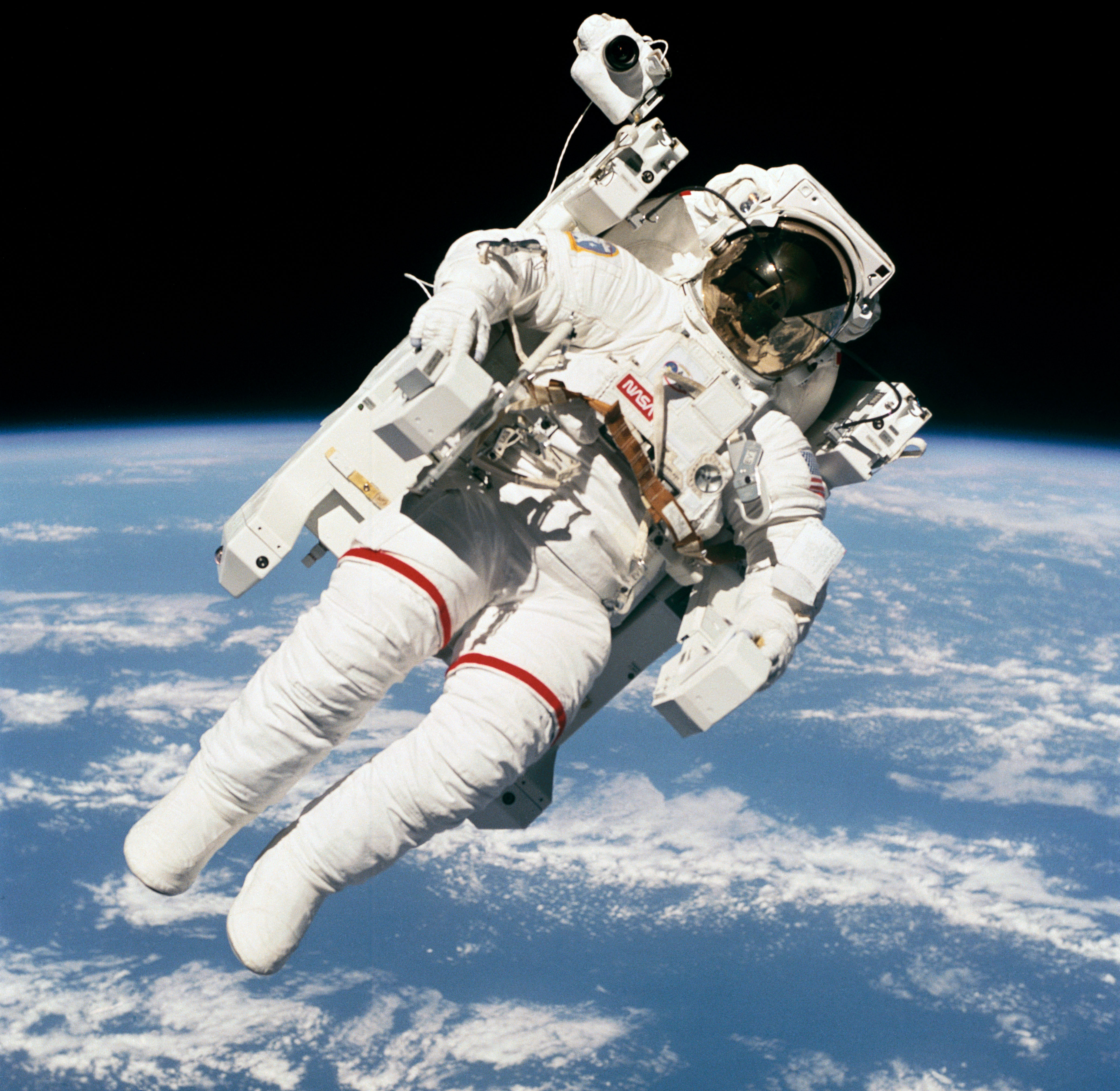 Картинки с космонавтом в космосе