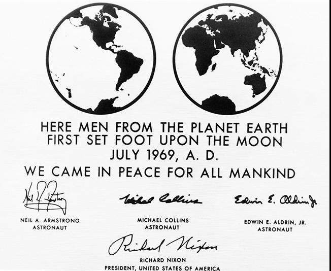 Tấm bảng được các phi hành gia để lại trên trong sứ mệnh đổ bộ Mặt Trăng.